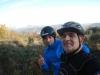 Selfie con panorama nebbioso alle spalle