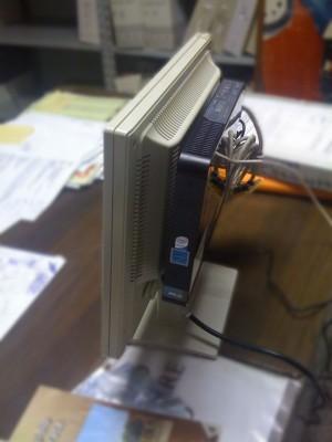 Asus Eee Box montato dietro ad un monitor